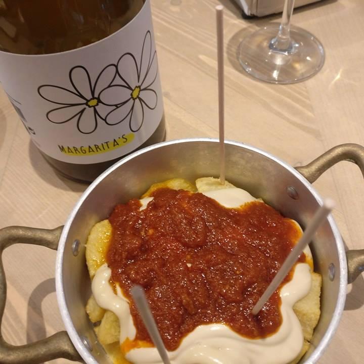 Patatas bravas Vermuteria Sant Antoni Gloriós y vino margarita's